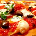 Pizza con mozzarella di bufala, olive, capperi e alici