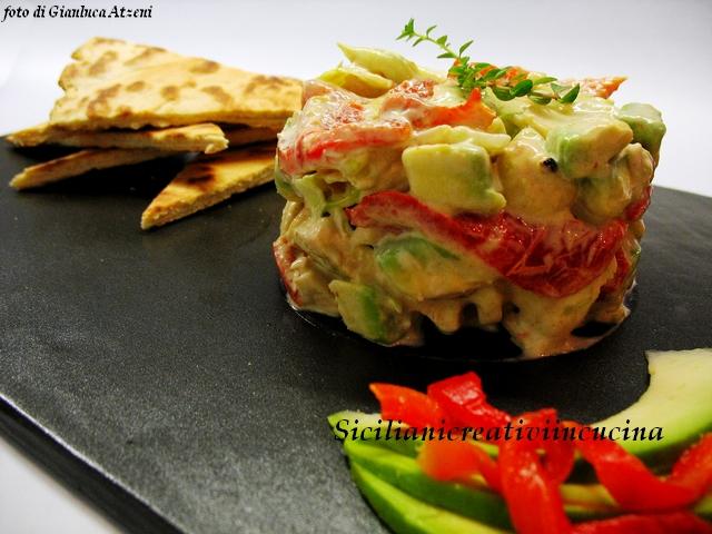 insalata di pollo, peperoni arrostiti e avocado