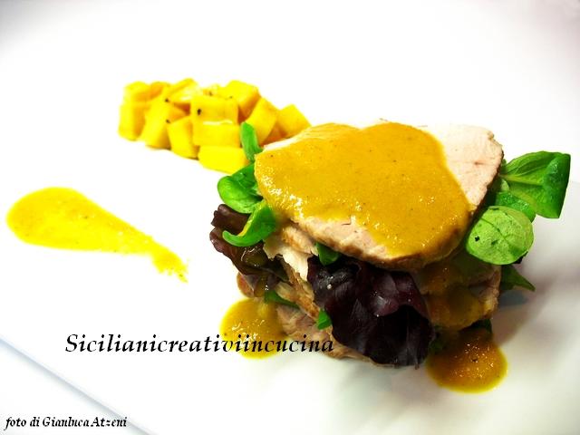 millefoglie di maiale con la sua salsa, mango e insalata