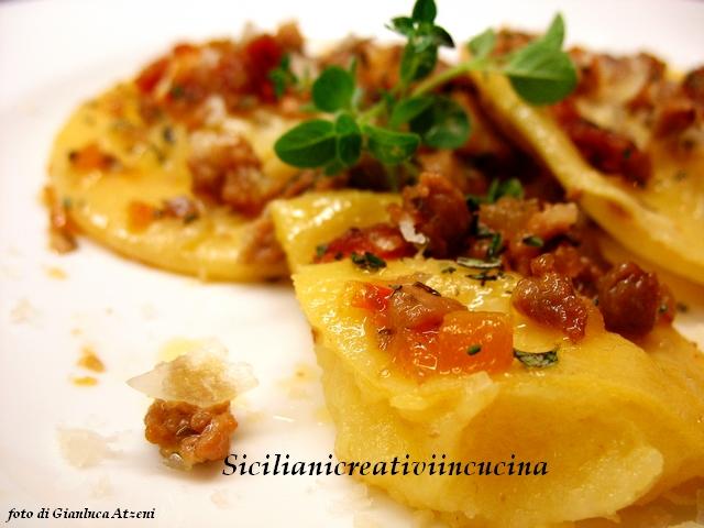 ravioli di patate e pecorino con piccolo ragù di cinta senese