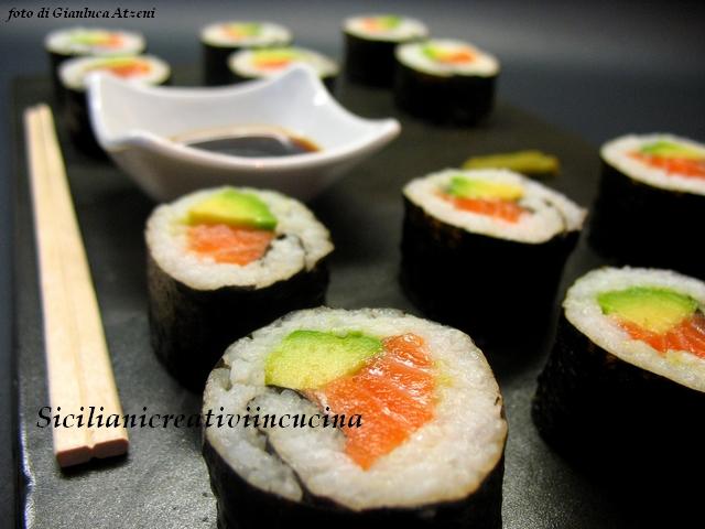 sushi (futomaki) al salmone e avocado