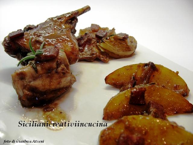 coniglio al forno con patate, cipolle e prosciutto crudo