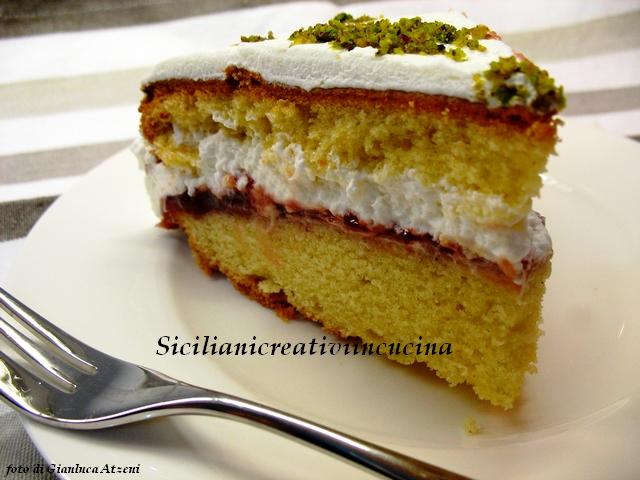 torta morbida con confettura di fragole e panna