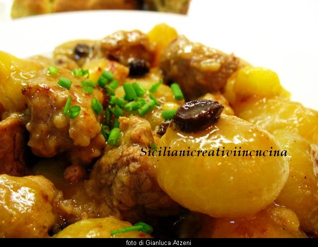 spezzatino di maiale alle spezie con cipolline, mele e patate