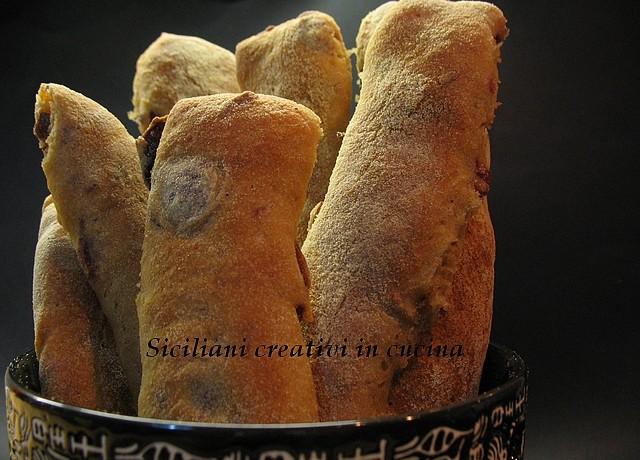 bastoncini di pane con le olive nere