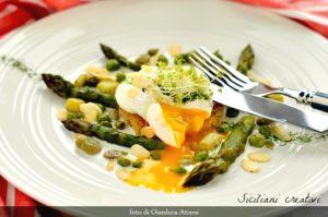Ricette con gli asparagi: uovo pochè su fonduta di robiola
