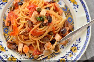 İlk İtalyan yemekleri: kılıç balığı sos Sicilya ile linguine